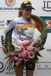 De verdiende erekrans voor Anna van der Breggen die voor de tweede keer op rij de Salverda Omloop van de IJsseldelta wint.  Foto: Bert Treep